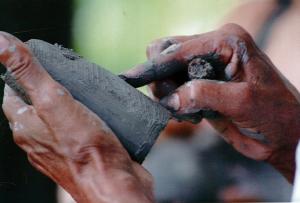 Manos artesana lenca trabajando la arcilla