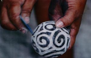 Manos mujer lenca elaborando una pieza de artesanía