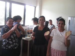 Mujeres cocinando Nuez Maya en la sede de COPADE Honduras