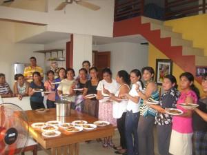 Mujeres probando nuez maya en sede COPADE Honduras
