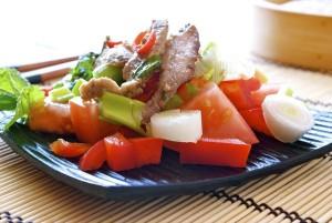 Ensalada oriental de ternera, hierbabuena y tomate