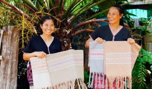 P'Sudarat y Mae Luang son miembros de un grupo de mujeres en Mae Hong Son, en Tailandia, un miembro de WFTO. Sus tejidos hechos a mano están inspirados en diseños étnicos consagrados por el tiempo.