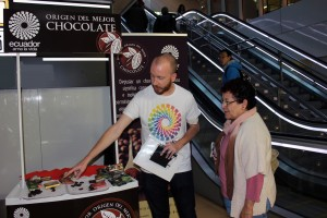 """Puesto promocional del """"proyecto Chocolate"""", en el intercambiador de Avenida de América (Madrid)."""