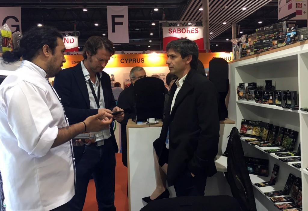 En primer término Javier Fernández, director general de la Fundación COPADE, importadora y distribuidora de PACARI en España.