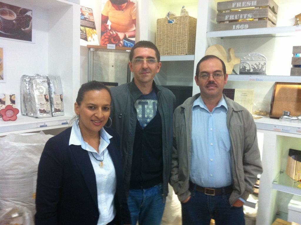 Juan de Dios Aguilar Villeda, del Grupo de Acción Territorial (GAT) y Sandra Yadira López Reyez, de la Mancomunidad del Valle del Sensenti. En medio Jaime Manteca, responsable del área de proyectos en COPADE.