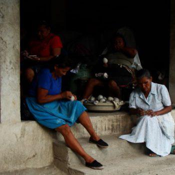 Dos mujeres artesanas